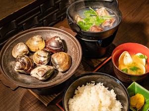 余分な味付けなどなく、出汁でいただく『天然蛤の陶板焼』