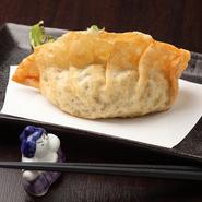 大きな餃子の中にはスープと肉汁がたっぷり。津名物の餃子に秘伝の味をプラスしたお店自慢の逸品。
