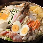 『金鍋ちゃんこ』に海老やタラの海鮮ダシが加わった一番人気のちゃんこです