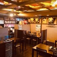 誰でも心地よく過ごせる椅子席もあり、女将の大相撲への愛情がたっぷり詰まった店内でゆっくりとお食事を。