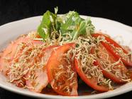 白塚港でとれたじゃこを使用『トマトとじゃこのカリカリサラダ』