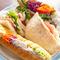 サンドイッチが何種類も並ぶベーカリーカフェならではの品揃え