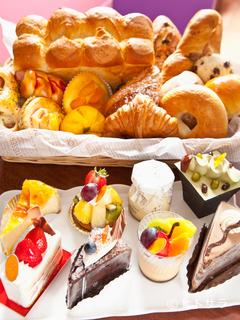 目が離せない、季節ごとに変わる彩り豊かなケーキと焼き菓子