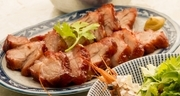 前日から特製たれに漬け込んだ豚肉はよく味が染みています。出来立てをどうぞ。S・Rサイズが選べます。