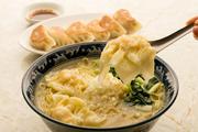 歯ごたえがよく、そのままでも大人気のわんたんに、細麺がとてもよく合います。塩味か正油味が選べます。