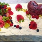 ベリーでまとめた、ちょっとシックなウエディングケーキ
