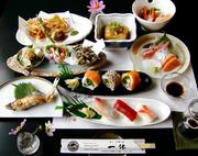 画像は、和食会席5500円コースでほんの一例です。ご予約のお料理は昼は2500円~、夜は3500円よりご用意致しております! 名物ワッフルデザートも付いています。テーブルの上に見事な料理が並びます。