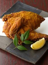シェアして食べられる! 鶏半羽を丸ごと揚げた『丸鶏の唐揚げ』