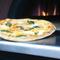 お店自慢のピッツァは一枚一枚、石窯で丁寧に焼かれます