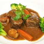 厳選された食材とオーナーシェフのこだわりが詰まった料理をお楽しみいただけます。 写真は人気の黒毛和牛のビーフシチューです。