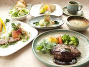 お魚料理と牛フィレのステーキ(赤ワインソース)をメインに楽しめるコース。サラダとスープ付き、パンかライスが選べます。食後には本日のデザートとコーヒーか紅茶が付きます。
