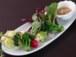 日本全国から取り寄せた新鮮な野菜は料理の主役です