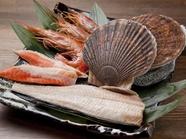 近海産の新鮮な魚介類を焼き上げる「焼き魚・焼き貝」