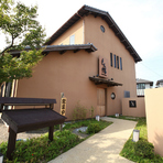 趣のある砂壁の日本家屋