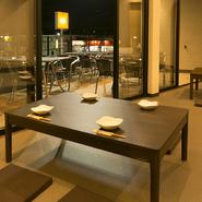シンプルでおしゃれな空間はのんびりくつろぎ頂けます。 テラス席もございますので開放的にお食事も楽しめます。