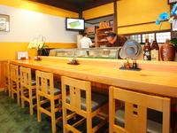若い人やカップルも訪れる、心地よく気軽に入れる寿司処