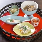 目でも楽しめる和食ならでは美しさの日替わり5種の『お通し』