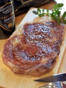 お肉の旨味を引き出した「熟成肉」を使用して焼き上げた一品。分厚いお肉を口に入れた時の旨味は格別です。