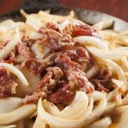 柔らかい牛バラ肉と、たっぷりの玉ねぎを、甘辛い醤油ベースのタレで焼き上げた『牛バラ焼き』。十和田で愛される定番の味が楽しめます。お肉の旨みが、玉ねぎにたっぷりと絡み、美味しさに箸がとまりません。