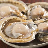 旬の美味しいホタテ貝を使用しています。口に入れれば、ほろりとした甘さが広がります。素材の旨みを存分に楽しめるよう、新鮮な貝を厳選しています。何個も食べたくなる美味しさです。