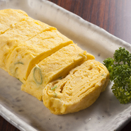 農家さんから仕入れた、生まれたての新鮮卵を使用。濃厚な旨みが特長です。ネギの香りが効いています。