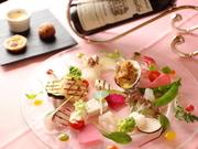 季節で変わる旬の魚介や産地直送の有機野菜やハーブなど、色々な食材を鮮やかに盛り付けた一皿です。