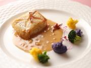 こんがり焼き色をつけた天然のヒラメに、魚の旨味たっぷりのソースをかけた逸品。※お魚は季節で変わります