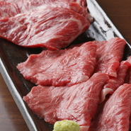 京田辺駅徒歩1分。特上カルビや上ロースなどボリュームたっぷりな『上盛セット』や、霜降りが自慢の『上 厚タン』など、「満足度」の高いお肉を提供。コースや飲み放題もあるので、食べて飲んでの女子会にも最適です