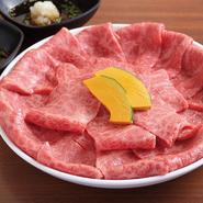 特選ロースと上モモ肉のセットです。薄切りな特選のお肉をさっと炙って月見ユッケダレ、もしくはおろしポン酢ダレで味わってください。
