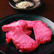 タン特有の柔らかいのに歯応えのある食感と、旨味溢れる肉汁が楽しめる人気のメニューです。