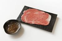 肉質がきめ細やかで、やわらかく霜降りが多いのが特徴 口の中いっぱいに肉の旨みがひろがるサーロインを 自家製おろしポン酢であっさりとお召し上がりください