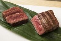 外はカリッ、中はジューシー、噛んだ瞬間に溢れ出す肉汁は絶品です。極上赤身の塊肉をお楽しみください。 100g  1,500円 200g  3,000円