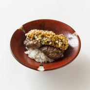 ヒレの様な柔らかさ、ハラミに似たジューシーな肉汁と食感が秘伝ダレと絶妙に絡んだ極上の一皿です。