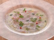 塩とハーブで軽くマリネし、新鮮な食感と素材本来の味わいを楽しめるカルパッチョ。画像は尾長鯛です。