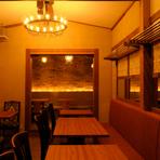 シックな家具のテーブルとソファー席。落ち着ける古民家バル