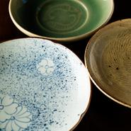 修業時代から趣味も兼ねて集めた食器は、派手ではないものの料理を引き立てる一品ばかり。とくに交流もある作家の志村睦彦・宮岡麻衣子ご夫妻による焼物は、力強い存在感を放っています。