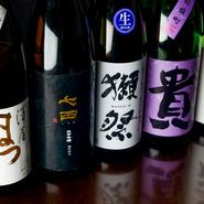 季節感ある日本料理に合わせるため、日本酒のセレクトも季節感を重視。食中酒として楽しめるよう、適度な酸味があるものも取り入れる。写真は佐賀の『七田』、京都の『澤屋まつもと』、山口の『獺祭』など。