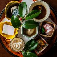 季節感ある盛り付けも日本料理の醍醐味。ただしあくまで素材が主役となるよう、過度な演出を加えずに器と料理のコントラストなどで四季を表現しています。