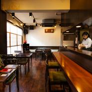 敷居が高いと思われがちな日本料理店のイメージを覆す店内。インテリアはシンプルにまとめつつ、ゲストに直接触れる器やグラスなどで適度な落ち着きを演出します。