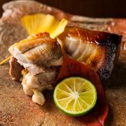 香ばしさと食感を併せ持つ絶妙な焼き加減。写真は氷見産寒鰤の西京焼きと徳島産阿波尾鶏の塩焼き。
