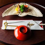 器と食材が織り成すコントラストで移ろう季節を表現。目で楽しめるのも日本料理の魅力です。