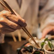 日本料理一筋20余年。仕込みの工程に重きを置くことで、家庭ではできない味の深みと広がりを演出します。