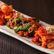 白菜、キュウリ、カクテキと単品でも用意するキムチは料理長の母親がつくってきた韓国では欠かせない家庭の味。ニンニクやショウガを合わせたどヤンニョムの風味が良く、辛味と酸味の絶妙なバランスに箸が進みます。