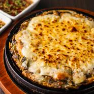 海鮮チヂミの上にモツァレラチーズがたっぷり。ふんわり生地とチーズの風味が見事に調和します。