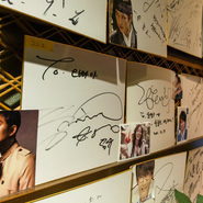 エントランスを抜けると、タッカンマリを食べに訪れた韓流俳優やアーティストのサインが並んでいます。