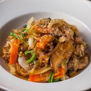 ごま油とニンニクの風味がたまらないチャプチェは、牛肉、シイタケ、ホウレンソウなど具だくさん。