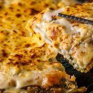 イカ、エビ、ムール貝、アサリなどの具材が入った海鮮チヂミは韓国の定番料理。同店でモツァレラチーズをトッピングし、さらにバーナーで炙ることでよりチーズの風味を際立たせ、海鮮具材とマッチングさせています。
