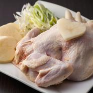タッカンマリに使用するひな鶏は、大きさ900g前後のものが基本。大きすぎると弾力ある食感が実現できず、クセが残るためです。また、鮮度も重要。生で仕入れる丸鶏はクセがなく、鶏ガラスープと巧みに調和します。