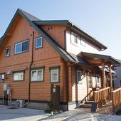 住宅街にあらわれるログハウスがお店の目印です。