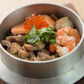 生米から炊き上げる、本格的な釜めしが楽しめます